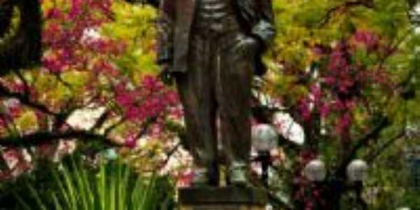 Estátua Getúlio Vargas, Por Viviane Ninov