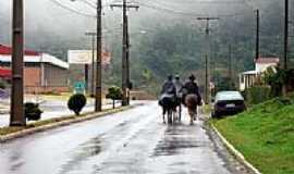 Barão - Cavaleiros em dia chuvoso de Barão-RS-Foto:Edilson V Benvenutti