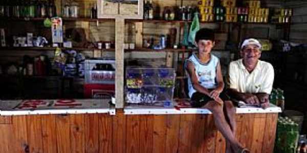 João Claudino de Souza vive do seu mercado e da pesca profissional Foto: Bruno Alencastro / Agencia RBS