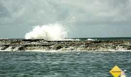 Jauá - Jauá-BA-Ondas arrembentando no quebra mar-Foto:Erik Pzado.