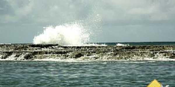 Jauá-BA-Ondas arrembentando no quebra mar-Foto:Erik Pzado.