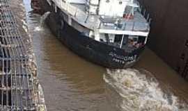 Bom Retiro do Sul - Bom Retiro do Sul-RS-Barco passando pela Eclusa-Foto:Josias Porciuncula Obes