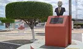 Dois Riachos - Pra�a e a Est�tua do fundador da cidade-Foto:Sergio Falcetti