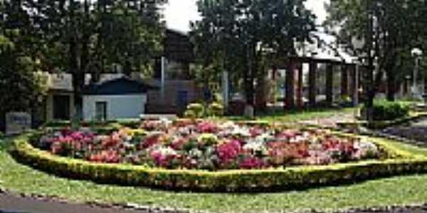 Chiapeta-RS-Arranjos Florais na praça central-Foto:turismo.rs.gov.br