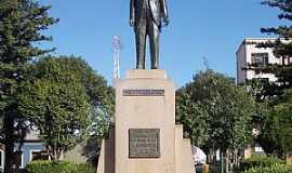 Júlio de Castilhos - Julio de Castilhos-RS-Estátua de Julio de Castilhos na praça central-Foto:alepolvorines