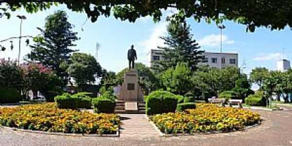 Julio de Castilhos-RS-Praça central e o Monumento de Julio de Castilhos-Foto::Ubirajara Buddin Cruz