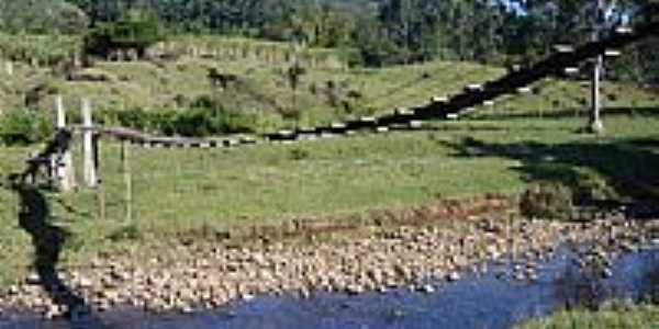 Ponte pensil sob o Rio Paraiso foto por Carlos Borges