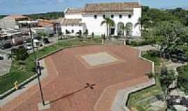 Lauro de Freitas - Praça e lateral da Igreja Matriz de Santo Amaro do Ipitanga em Lauro de Freitas-BA-Foto:Foto DeCima