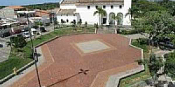 Praça e lateral da Igreja Matriz de Santo Amaro do Ipitanga em Lauro de Freitas-BA-Foto:Foto DeCima