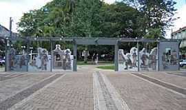 Nova Prata - Nova Prata-RS-Monumento ao Imigrante na Praça da Bandeira-Foto:www.novapratars.com.br