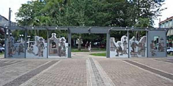 Nova Prata-RS-Monumento ao Imigrante na Praça da Bandeira-Foto:www.novapratars.com.br