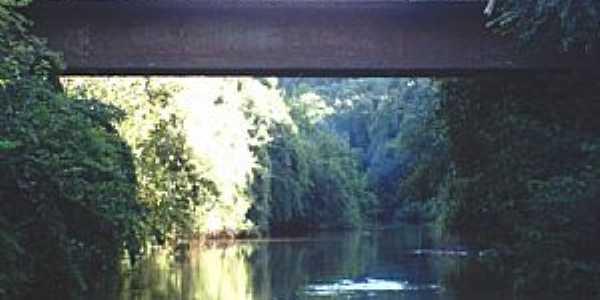 Ponte sobre o rio Pratos, divisa entre Novo Machado e Dr. Maurício Cardoso.  -  por carlos.barasuol