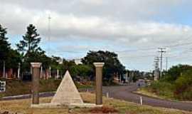Quara� - Quara�-RS-Monumento Ma�on�co no Trevo de acesso-Foto:Leirbag
