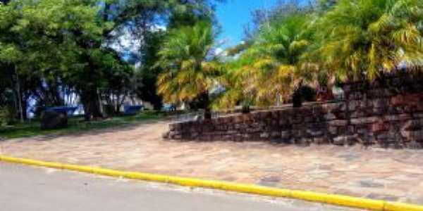 Praça Central de Quevedos, Por Hyan Vieira De Vargas
