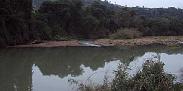 Rio Pardinho-RS-Rio Pardinho margeando a estrada-Foto:Marcos Hoffmann