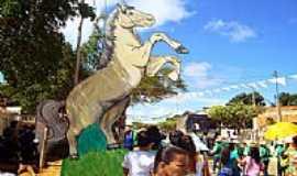 Maniaçu - Maniaçu-BA-Monumento em homenagem à tradicional Corrida de Cavalos-Foto:sudoestebahia.com