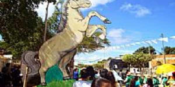 Maniaçu-BA-Monumento em homenagem à tradicional Corrida de Cavalos-Foto:sudoestebahia.com