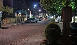 Santiago - Visão noturna da primeira quadra da Rua dos Poetas.