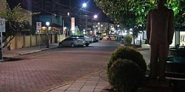 Visão noturna da primeira quadra da Rua dos Poetas.
