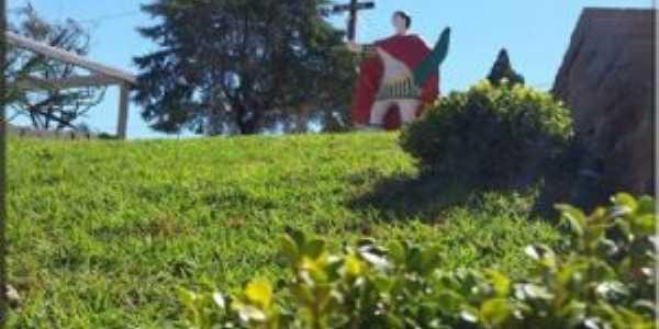 Monumento de  santo expedito ao fundo. foto: márlon antunes., Por Bruna Belusso