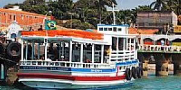Barco no ancouradouro em Mar Grande-BA-Foto:Draken