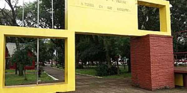 São Luiz Gonzaga-RS-Pórtico da Praça da Matriz-Foto:Flávio Tissot