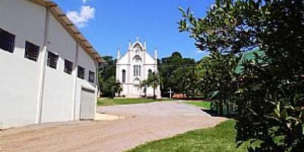 Silva Jardim-RS-Ginásio de Esportes e a Igreja-Foto:Fredy Silva