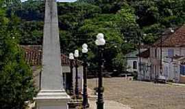 Silveira Martins - Silveira Martins-RS-Monumento na praça central-Foto:Croquezz