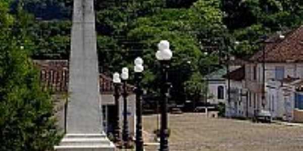 Silveira Martins-RS-Monumento na praça central-Foto:Croquezz