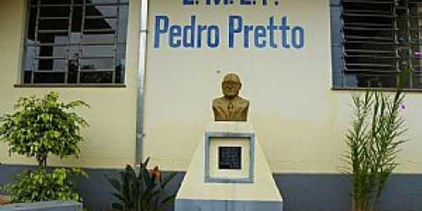 Travesseiro-RS-Busto de Pedro Pretto em frente a Escola-Foto:Verner Gregory
