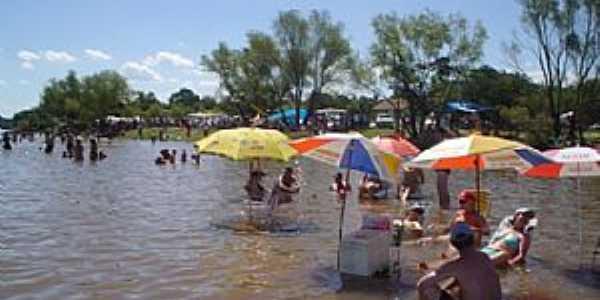 1 | 2 Balneário com veranistas nas águas do Rio Jacuí