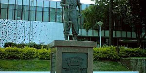 Curitibanos-SC-Monumento em frente à Prefeitura Municipal-Foto:Ivo A Costa