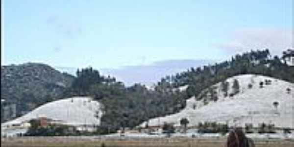 Montanhas cobertas de neve no dia 23/07/2013 em Doutor Pedrinho-SC-Foto:Dalila Girelli