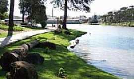 Fraiburgo - Lago das Araucárias e ao fundo a cidade de Fraiburgo-Foto:THIAGO DAMBROS