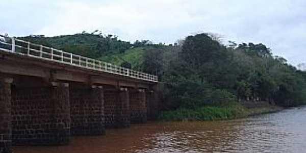 Ponte sobre a foz do Rio Macaco Branco