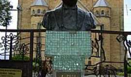 Lages - Busto em homenagem � Get�lio Vargas em Lages-Foto:Caio Graco Machado