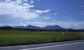 Massaranduba - Rodovia com montanhas ao fundo em Massaranduba-Foto:Angelo Carlos Ronchi