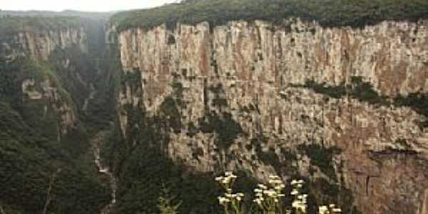 Praia Grande-SC-Serra do Faxinal e ao fundo Canyon Itaimbezinho-Foto:viagemdeboa.com.br