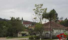Taquaras - Coreto na praça e capela no alto da colina - Taquaras,