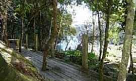 Vargem do Cedro - Lado oposto do rio, deck para descansar.