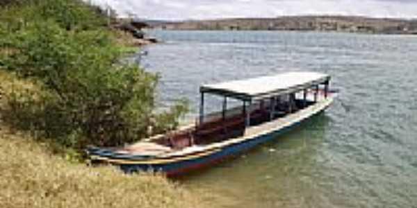 Barco ancorado na beira do rio no Povoado de Jenipatuba em Gararu-SE-Foto:Thiago dos Passos