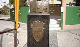Sim�o Dias - Sim�o Dias-SE-Est�tua em homenagem ao Dr.Pedro Barreto de Andrade-Foto:Sergio Falcetti