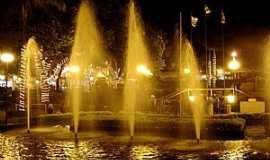 Adamantina - Adamantina-SP-Vista noturna da fonte na praça central-Foto:LPSLPS