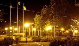 Adamantina - Adamantina-SP-Vista noturna da praça central-Foto:LPSLPS