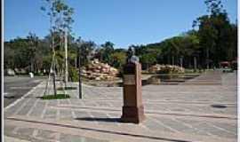 �guas de S�o Pedro - Monumento do fundador Oct�vio Moura Andrade de �guas de S�o Pedro-Foto:helio antunes do nas�