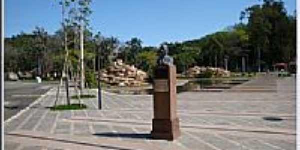 Monumento do fundador Octávio Moura Andrade de Águas de São Pedro-Foto:helio antunes do nas…