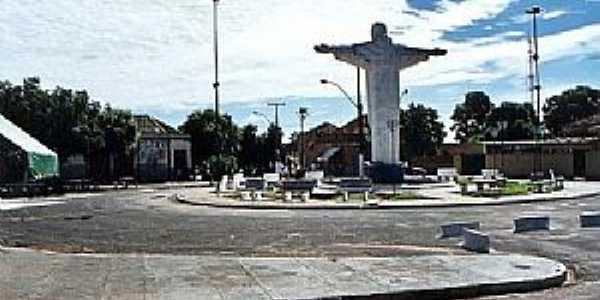 Altair-SP-Cristo Redentor na Praça central-Foto:Douglas Razaboni