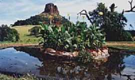 Analândia - Jardim aquático e o Morro do Cuscuzeiro em Analândia-Foto:Ari Vicente