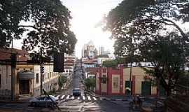 Araraquara - Avenida Brasil - Ao fundo Igreja Matriz de S�o Bento Foto de Yuri Sabino