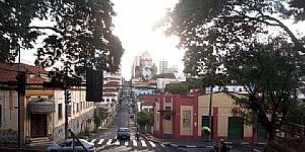 Avenida Brasil - Ao fundo Igreja Matriz de São Bento Foto de Yuri Sabino